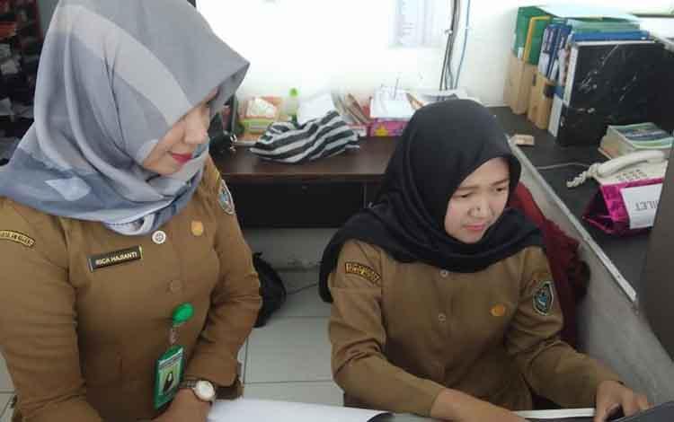 Petugas Farmasi saat mengoperasikan aplikasi E Resep di RSUD Kuala PembuangPertama Di Kalteng