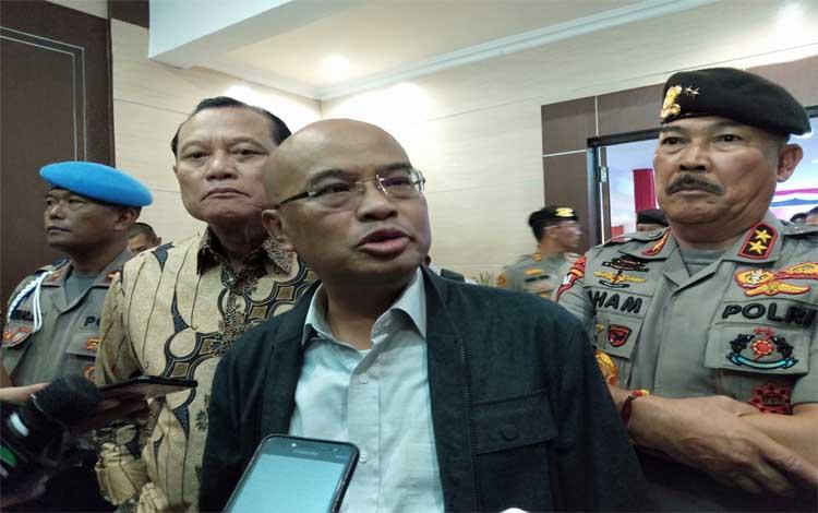 Ketua Tim Kunjungan Kerja DPR RI, Desmond J Mahesa didampingi Kapolda Kalteng Irjen Ilham Salahudin menyampaikan ke awak media soal kunjungannya ke Palangka Raya, Jumat 29 November 2019