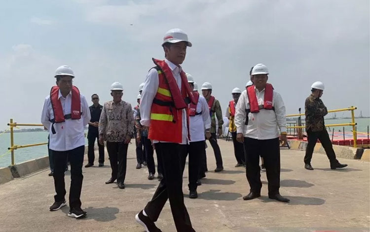 Presiden Jokowi saat meninjau pelabuhan Patimban di Subang (Hanni Sofia)