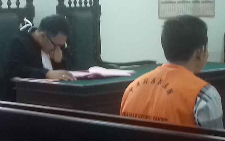 Agus Setiawan menusuk Dede di acara kematian warga mulai diadili oleh majelis hakim Pengadilan Negeri Sampit yang diketuai Muslim Setiawan, Jumat, 29 November 2019.