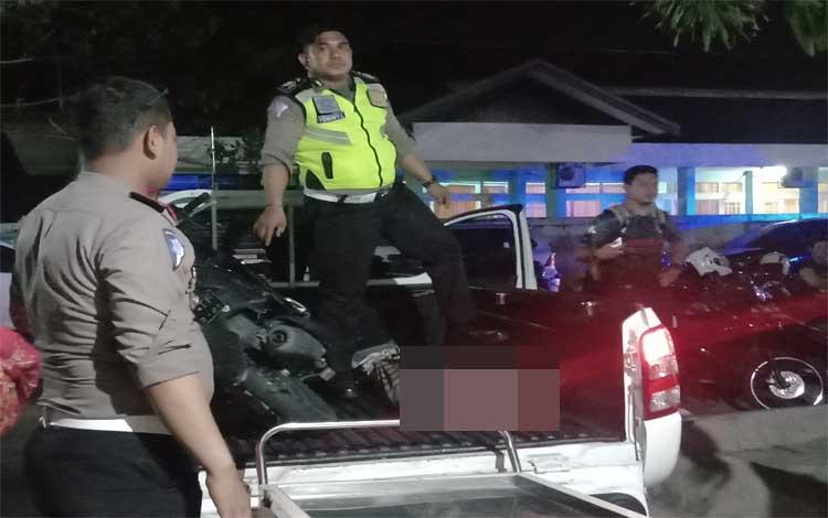 Anggota Polresta Palangka Raya saat hendak mengangkat jenazah korban dari mobil ke ruang jenazah, Jumat 29 November 2019
