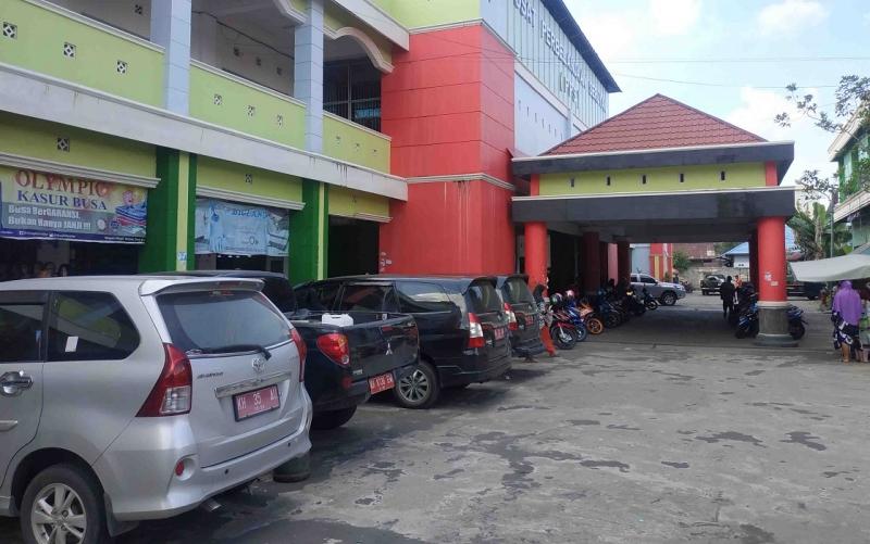 Kendaraan plat merah dari berbagai daerah di Kalteng yang berada di Pasar Kuala Pembuang, Jumat, 29 November 2019.