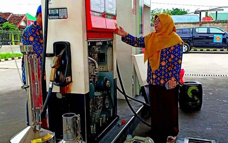 Unit Pelayanan Teknis Mertologi Legal (UPT-ML) pada Dinas Perdagangan dan Perindustrian (Disdagrin) Barito Utara saat melaksanakan tera ulang atau standarisasi pompa penyalur BBM di SPBU Kandui.