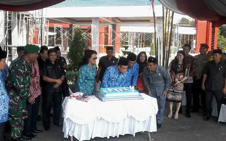 Bupati Sakariyas meniup kue ulang tahun pada peringatan Hari Pahlawan dan HUT KORPRI ke 48.