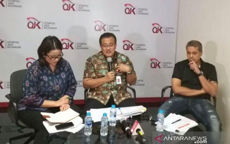Deputi Komisioner Pengawas Perbankan III Otoritas Jasa Keuangan (OJK) Slamet Edy Purnomo (tengah) di Jakarta, Jumat (29/11/2019). ANTARA/Indra Arief Pribadi