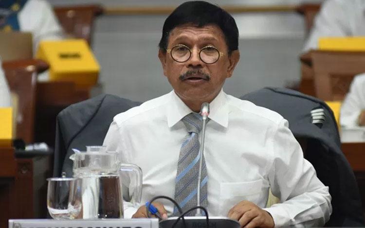 Menkominfo Johnny G. Plate menyampaikan paparannya saat mengikuti rapat kerja dengan Komisi I DPR di