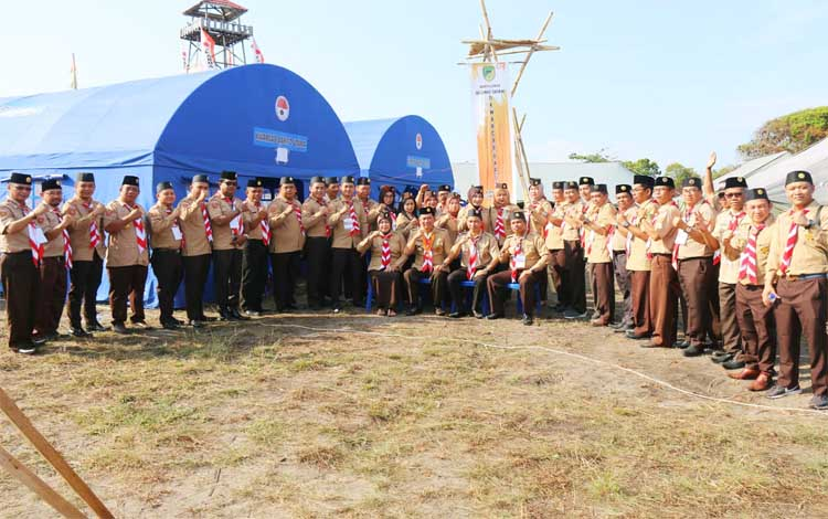 Bupati Nadalsyah foto bersama kontingen Kabupaten Barito Utara diacara kemah ELY