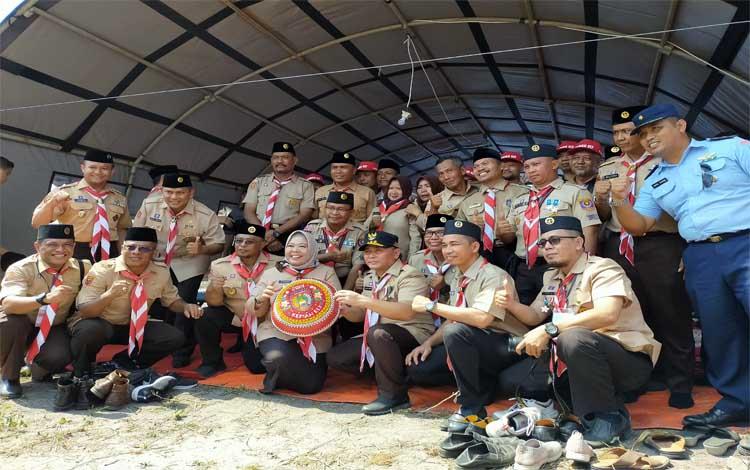 Gubernur Kalteng Sugianto Sabran foto bersama di tenda Kabupaten Kotawarigin Barat. Kemah ELY di Ujung Pandaran untuk penyegaran ditengah kesibukan, Sabtu 30 November 2019