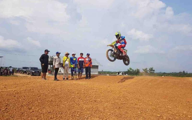 Ketua Korwil IMI Kotim, Dedy Purwanto (dua dari kiri) mengecek lokasi persiapan Kejurda Grasstrack Seri 3 Kalimantan Tengah, Minggu, 1 Desember 2019.