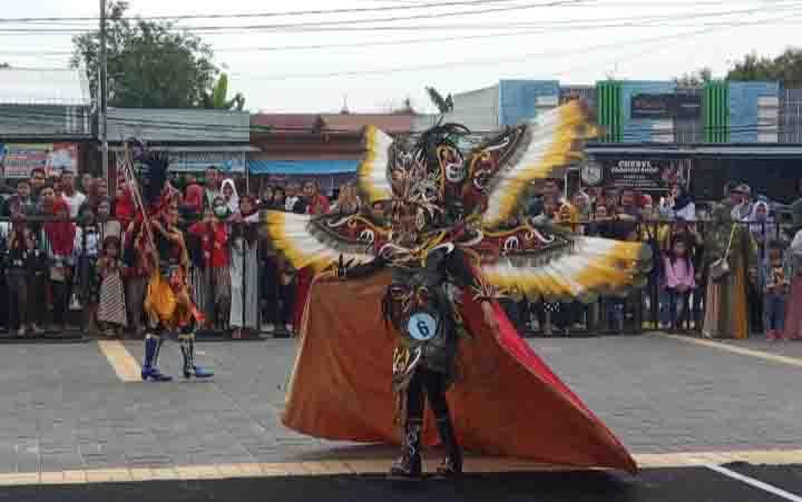 Peserta Marunting Fashion Carnival 2019 beraksi di Taman Kota Manis Pangkalan Bun, Minggu, 1 Desember 2019.