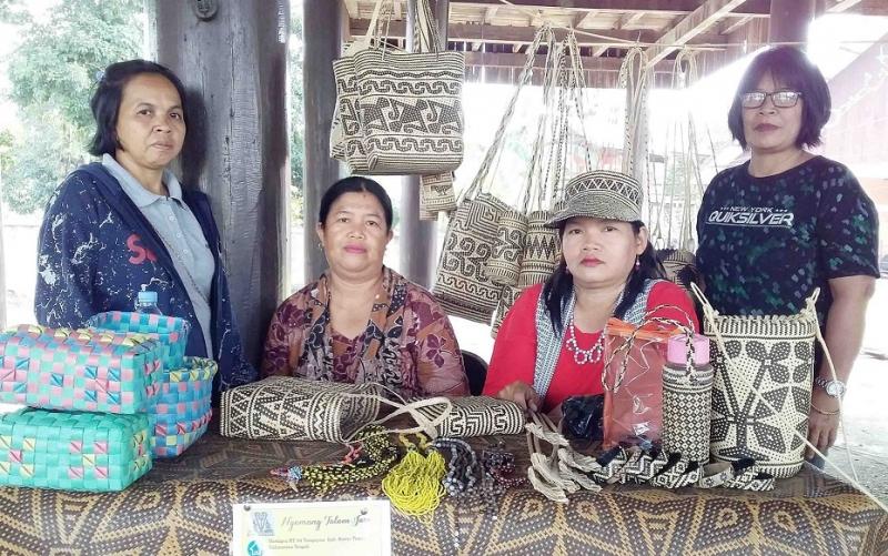 Lilis (mengenakan topi), pengrajin sekaligus pelestari anyaman rotan khas Dayak dari Barito Timur.