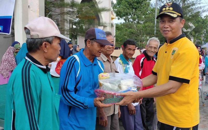 Bupati Sukamara, Windu Subagio menyerahkan bantuan paket sembako ke lansia, Minggu, 1 Desember 2019.