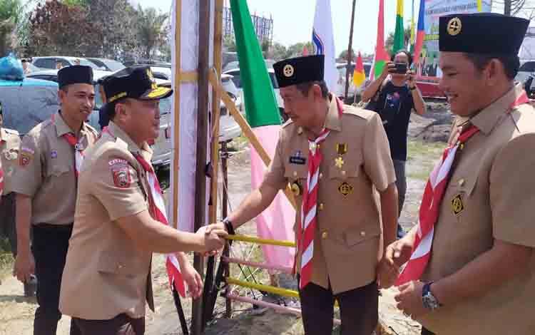 Wakil Bupati Murung Raya, Rejikinoor menyambut Gubernur Kalteng saat pelaksaan kemah ELY 2019, Senin 2 Desember 2019