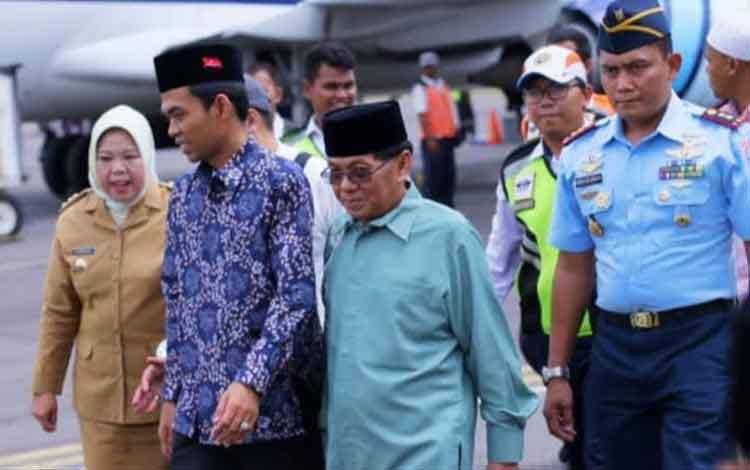 Bupati Kobar Nurhidayah bersama suami HM Ruslan AS saat menyambut kedatangan Ustadz Abdul Somad di Bandara Iskandar, Pangkalan Bun, Senin, 2 Desember 2019