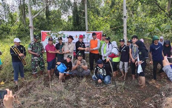 Aksi peduli lingkungan pecinta alam di Kecamatan Bataguh, Minggu, 1 Desember 2019.