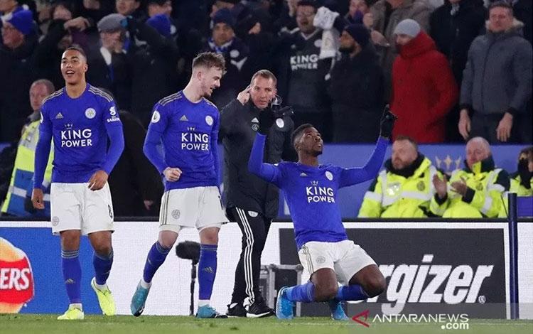 Penyerang Leicester City Kelechi Iheanacho (kanan) melakukan selebrasi usai mencetak gol penentu kem