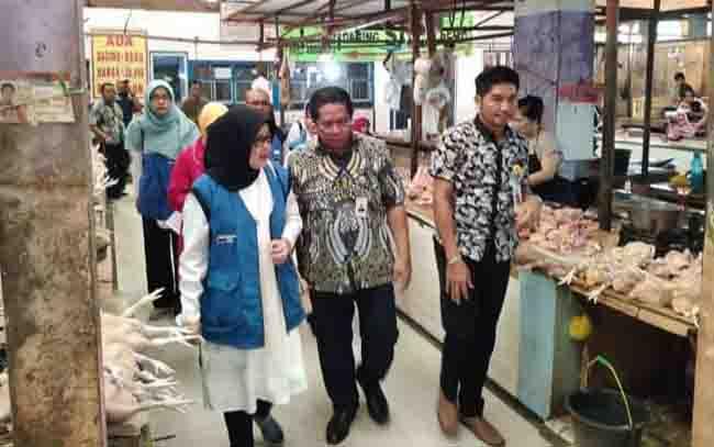 Kepala Bulog Perwakilan Kalteng Mika Ramba Kendenan saat mendampingi Staf Ahli Kementerian Perdagangan RI, Arnilda, beberapa waktu lalu.