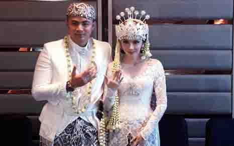Guntur Triyoga dan Apristiyah resmi menjadi pasangan suami istri. (foto: inilah.com)