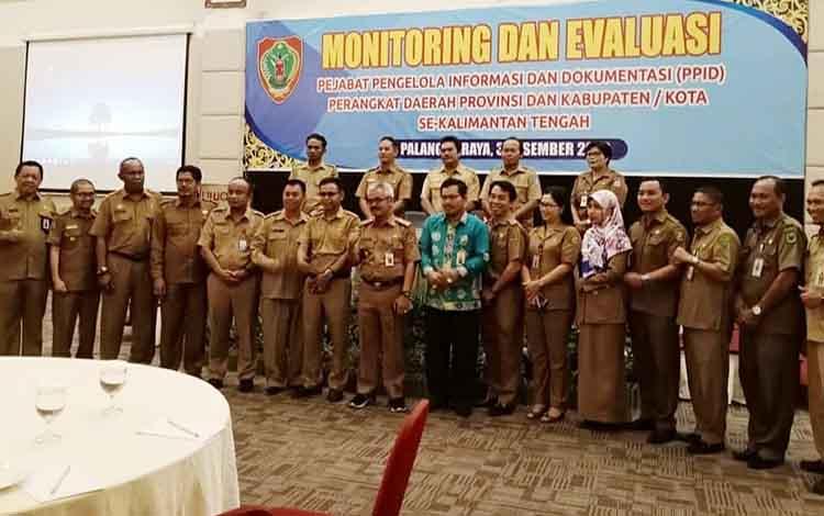 pejabat  Dinas Kominfosandi Barito Utara berfoto bersama peserta Monev PPID se Kalteng di Palangka Raya.