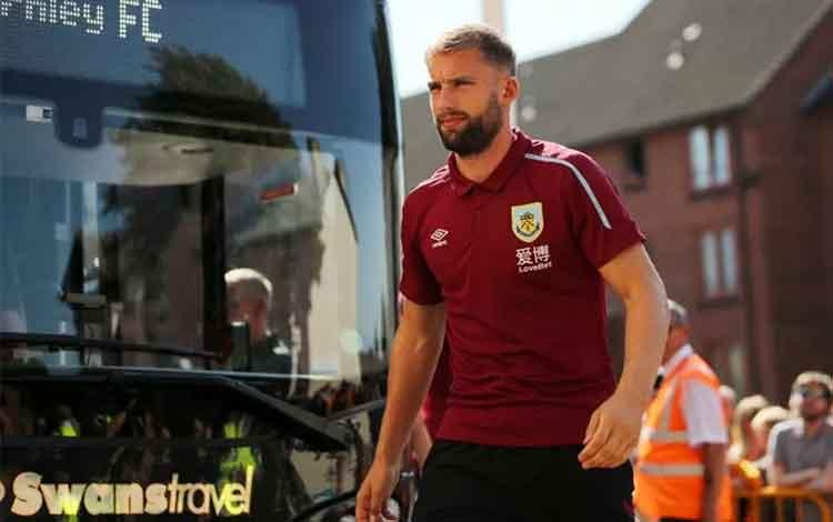 Bek Burnley Charlie Taylor. (Action Images via Reuters/Molly Darlington)