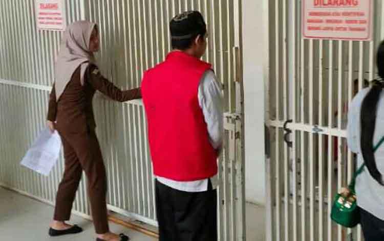 Lod, terdakwa kasus penganiayaam saat dimasukan ke sel Pengadilan Negeri Sampit. Terdakwa melakukan penganiayaan karena masalah suara burung walet