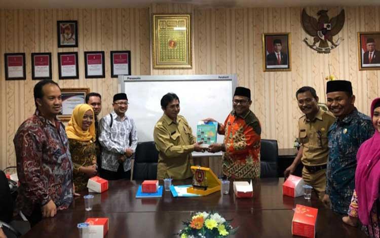 Anggota DPRD Kobar saat berada di Disdukcapil Kota Surabaya untuk mempelajari pengurusan adminduk online.