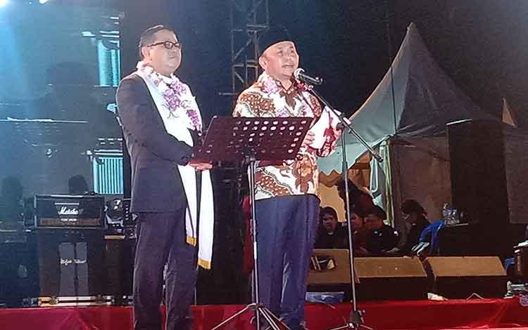 Gubernur Sugianto Sabran saat memberikan sambutan dalam acara natal nasional GKE di stadion Sanaman Mantikei, Palangka Raya, Senin 02 Desember 2019.