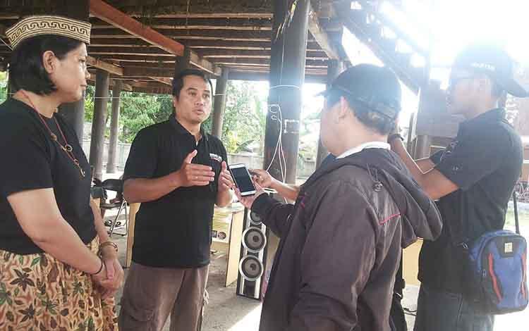 Ketua Komunitas UMKM Barito Timur Manuwu Aryadi Kusuma bersama Seksi Humas dan Publikasi Normita Lydia Kristina memberikan keterangan kepada awak media soal harapan komunitas tersebut kepada dinas terkait.
