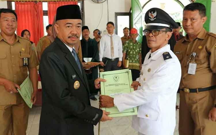 Bupati Seruyan Yulhaidir saat menyerahkan SK kepada salah satu Pj Kades yang diambil sumpah janji , Selasa, 3 Desember 2019