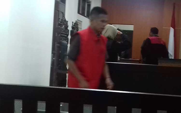 Uj terdakwa kasus narkotika usai jalani sidang di Pengadilan Negeri Sampit.
