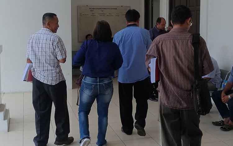 Terdakwa Hart Natalis (Baju Cokelat dari kanan) usai menjalani persidangan di Pengadilan Tipikor Palangka Raya, Selasa,  Desember 2019.
