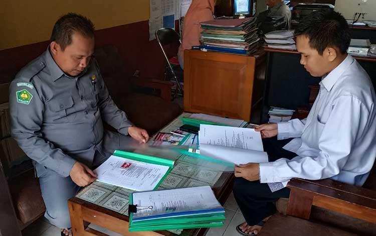 Tim rekrutmen saat melakukan seleksi berkas. 39 pelamar penyuluh agama islam non PNS di Kemenag Kapuas lolos seleksi berkas