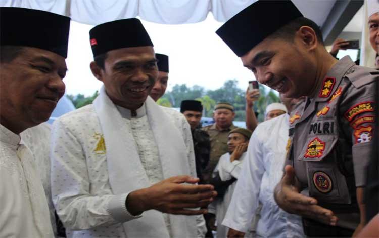 Kapolres Sukamara AKBP Sulistiyono berbincang dengan Ustadz Abdul Somad. Kedatangan UAS ke Sukamara mendapat pengamanan berlapis dati aparat kepolisian