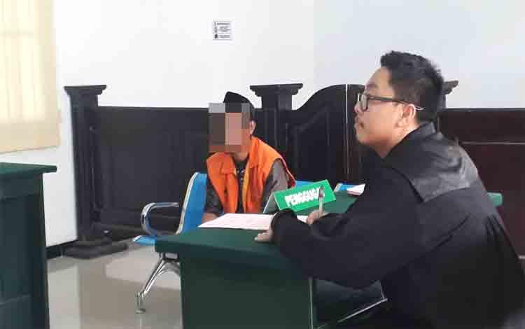 Pemerkosa anak tiri Joni (38) divonis 15 tahun penjara oleh majelis hakim Pengadilan Negeri Pangkalan Bun, Rabu 4 Desember 2019