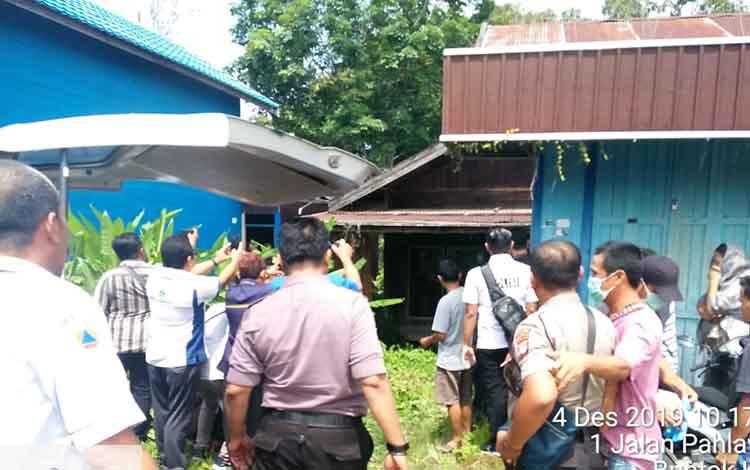 Evakuasi mayat korban ke RSUD Jaraga Sasameh Buntok. PNS ini tewas diduga mengalami serangan jantung