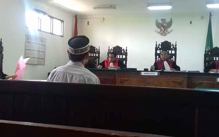 Slamet Riadi terdakwa kasus pembakaran lahan menjalani sidang di Pengadilan Negeri Sampit. Dia divonis 2 bulan penjara