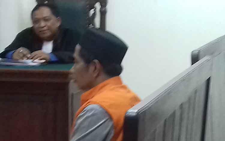 Yadi terdakwa kepemilikan 25 paket narkoba jenis sabu di Pengadilan Negeri Sampit.