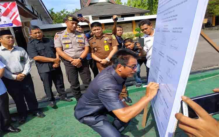Wakil Bupati Barito Utara, Sugianto Panala Putra menandatangani deklarasi penutupan Lokalisasi Lembah Durian, Rabu 4 Desember 2019