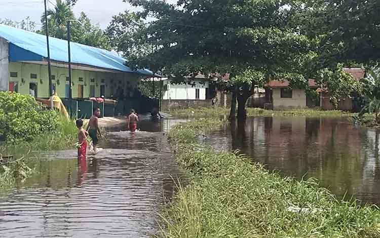 Kondisi banjir dipemukiman warga dekat Pangaringan III di Kelurahan Panarung. Warga meminta agar pemerintah membangun pangaringan baru.