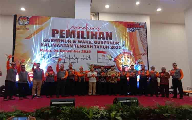 Pose bersama para komisioner KPU Kalteng dengan sejumlah pihak terkait saat launching Pilgub, Rabu 04 Desember 2019