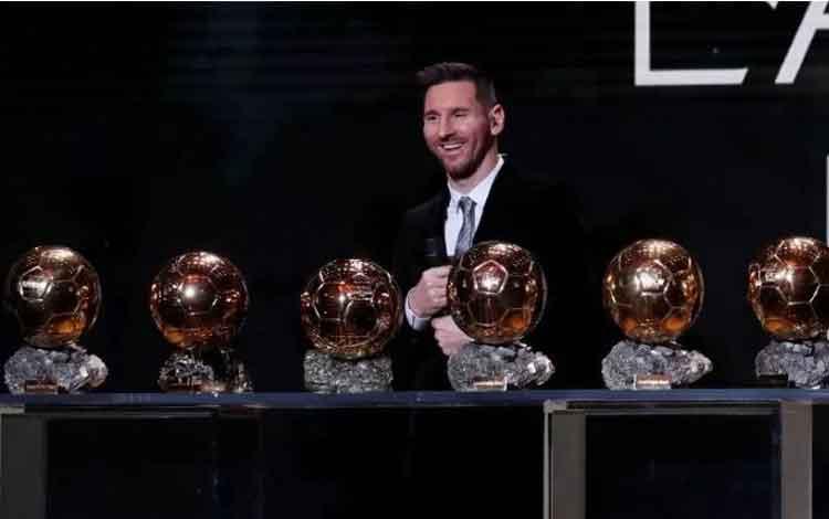 Pesepak bola Argentina dan Barcelona Lionel Messi menerima penghargaan Ballon d\\\'Or di Paris, Senin (