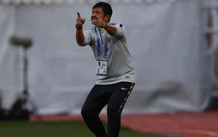 Arsip - Pelatih Timnas U-22 Indonesia Indra Sjafri memberi arahan timnya saat melawan Timnas Thailan