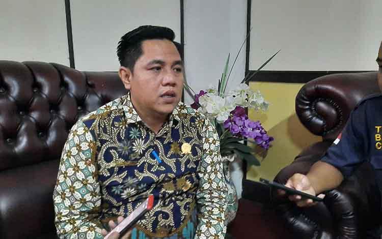 Wakil Ketua I DPRD Bartim Ariantho S Muller menyampaikan persetujuan penyertaan modal 10 miliar.