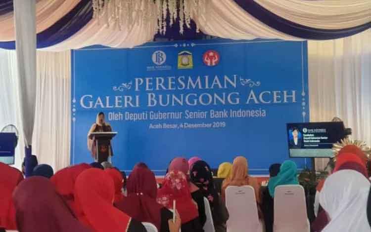 Deputi Gubernur Senior Bank Indonesia Destry meresmikan Galeri Bungong Aceh di Kecamatan Montasik Kabupaten Aceh Besar, Rabu (4-12-2019). ANTARA/M. Ifdhal