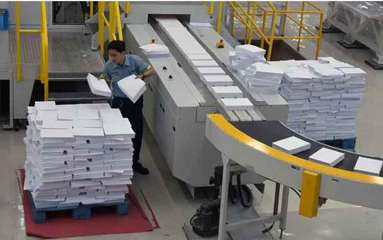 Ilustrasi - Seorang pekerja melakukan penyortiran kertas di pabrik PT Indah Kiat Pulp and Paper (Tbk) Perawang Mills di Kabupaten Siak, Provinsi Riau, Selasa (3/9/2019). ANTARA FOTO/FB Anggoro/aa.