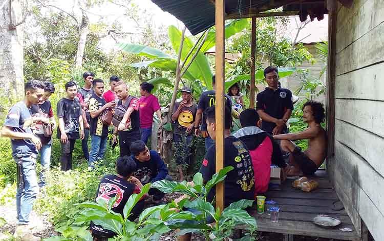 Dalam kunjungan tersebut komunitas penggemar kendaraan roda dua itu juga membawa bantuan bahan makanan dan minuman untuk Ambon