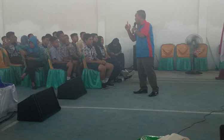BNK Katingan melakukan sosialisasi bahaya penyalahgunaan narkoba kepada masyarakat Desa Hampalit dan siswa SMPN 4 Katingan Hilir.