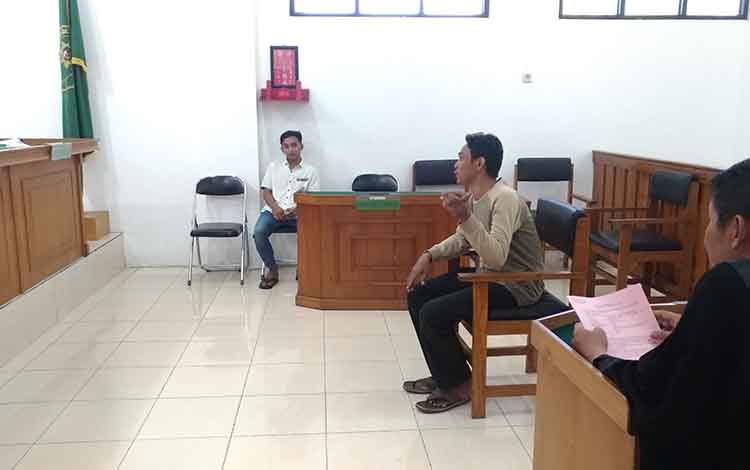 Rakhmadi saat memberikan keterangan atas pencurian yang dilakukan terdakwa Muhsin dalam persidangan