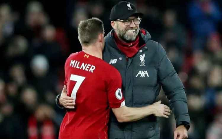 Manajer Liverpool Juergen Klopp (kanan) memeluk gelandang James Milner (kiri) setelah pertandingan L