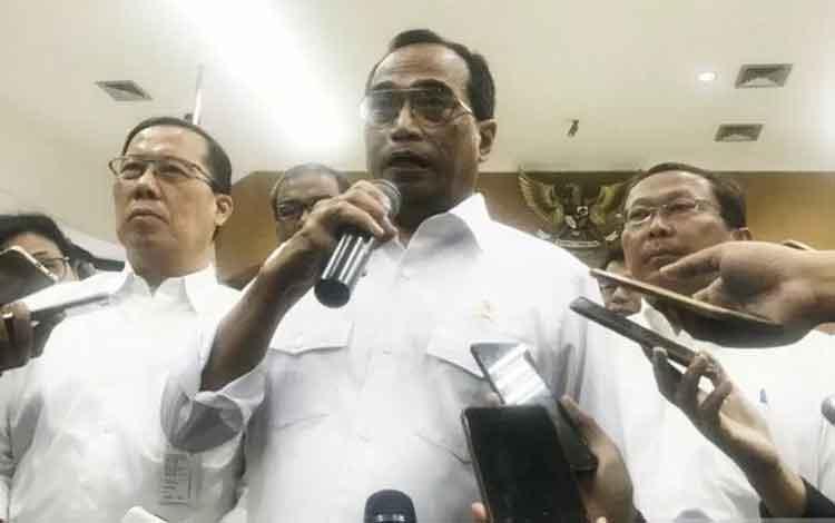Menteri Perhubungan Budi Karya Sumadi memberikan keterangan kepada awak media usai Jumpa Pers Akhir
